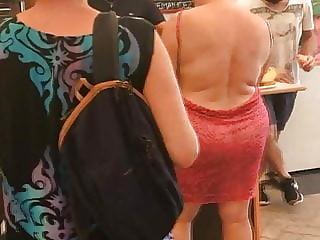 La Bourgeoise a le cul visible pour aller faire ses courses